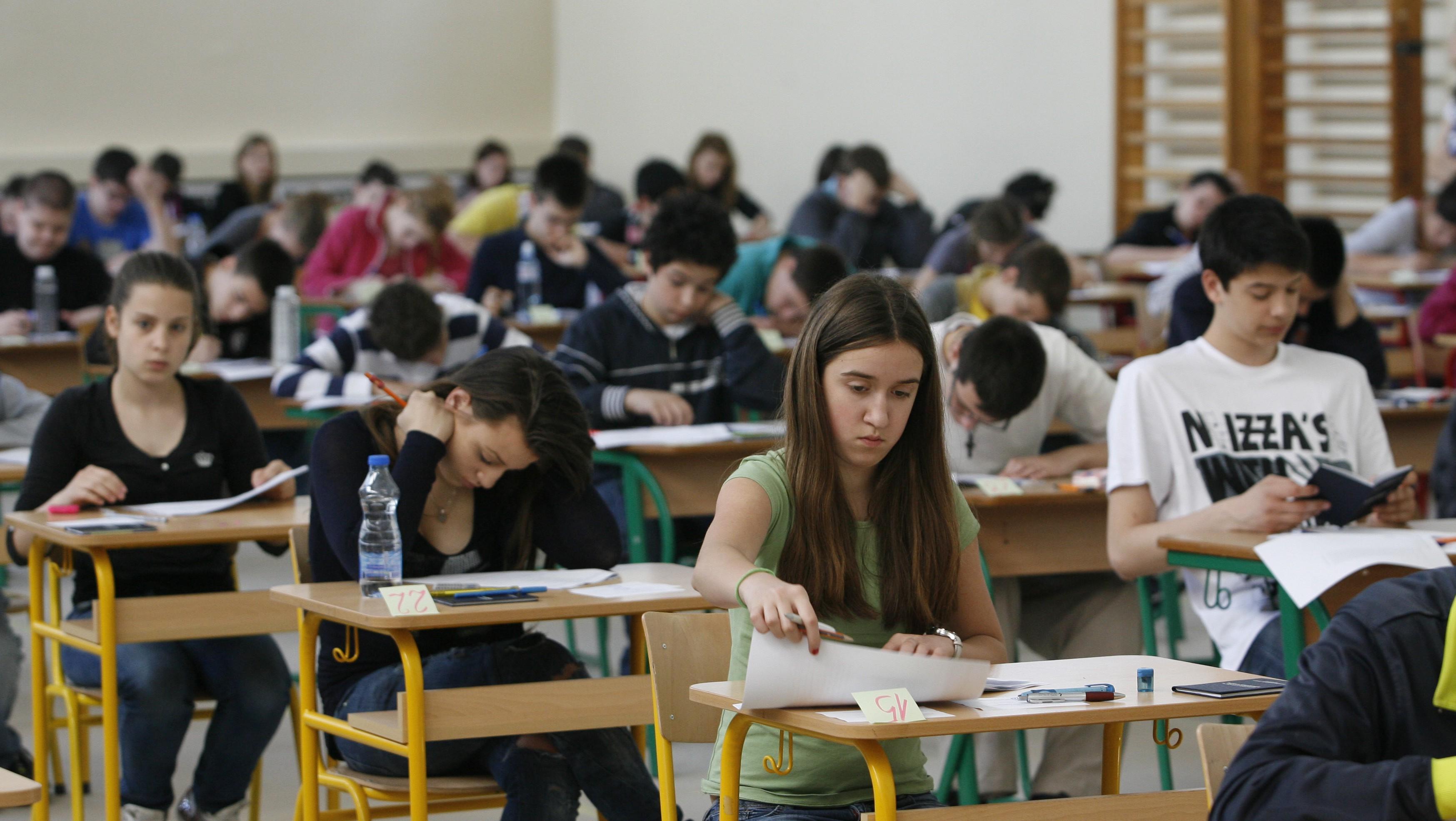 Ucenici osmih razreda osnovnih skola u Srbiji polazu danas probne, neobavezne ispite iz srpskog jezika i matematike. Ove skolske godine prvi put se umesto kvalifikacionih ispita za upis u srednje skole polaze zavrsni ispit. Uz vest Bete. (BETAPHOTO/EMIL VAS/EV)